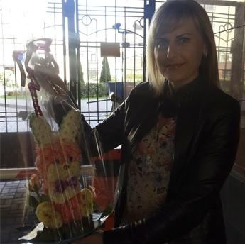 Зайчик из живых цветов + Подарки. Оригинальный подарок на день рождения!