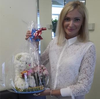 Мишка из цветов с букетом роз + Подарки. Приятный подарок деловой девушке.