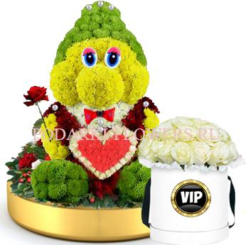 Гном из цветов с сердцем на золотом подносе + Розы в шляпной коробке