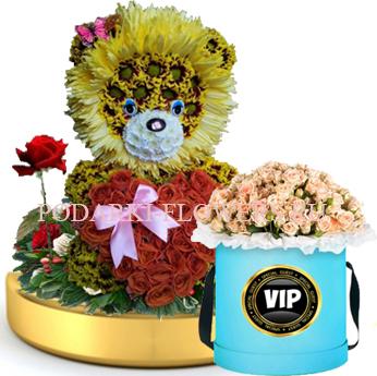 Лев из цветов с сердцем из роз на золотом подносе + Розы в шляпной коробке
