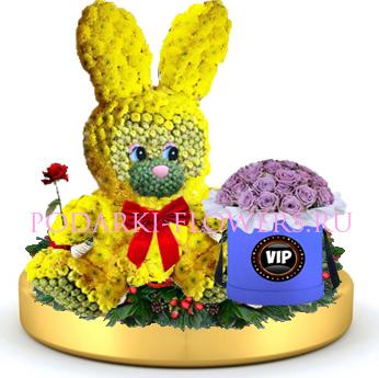 Зайчик из цветов + розы в шляпной коробке на золотом подносе