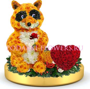 Енот из цветов + сердце из роз на золотом подносе