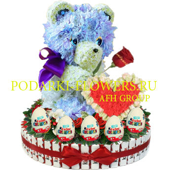 Мишка из цветов с сердцем на торте из конфет Kinder и киндер сюрпризы