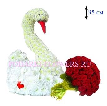 Лебедь из цветов с букетом роз