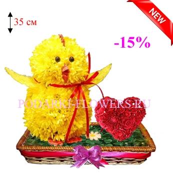 Цыпленок из цветов с сердцем из роз