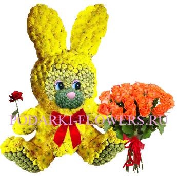 Зайчик из цветов с букетом роз