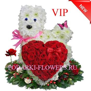 Собачка из цветов с сердцем из роз