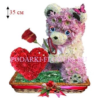 Мишка из цветов с сердцем из роз