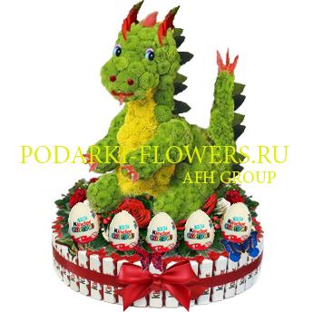 Дракон из цветов на торте из конфет Kinder и киндер сюрпризы