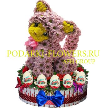 Кошка из цветов на торте из конфет Kinder и киндер сюрпризы