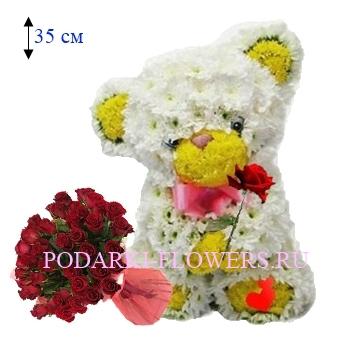 Мишка из цветов с букетом роз
