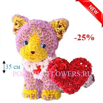 Кошка из цветов с сердцем из роз