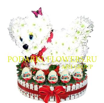 Собачка из цветов на торте из конфет Kinder и киндер сюрпризы