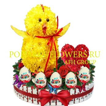 Цыпленок из цветов с сердцем из роз на торте из конфет Kinder и киндер сюрпризы