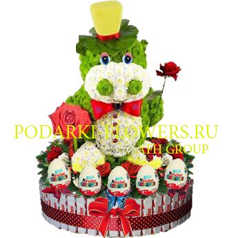 Бегемот из цветов на торте из конфет Kinder и киндер сюрпризы
