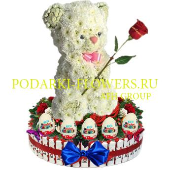 Мишка из цветов на торте из конфет Kinder и киндер сюрпризы