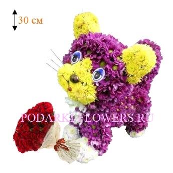 Кошка из цветов с букетом роз