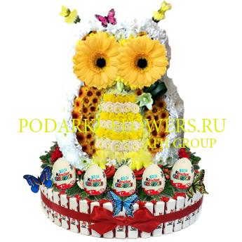 Сова из цветов на торте из конфет Kinder и киндер сюрпризы