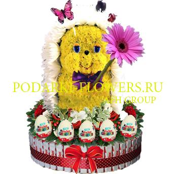 Ежик из цветов на торте из конфет Kinder и киндер сюрпризы