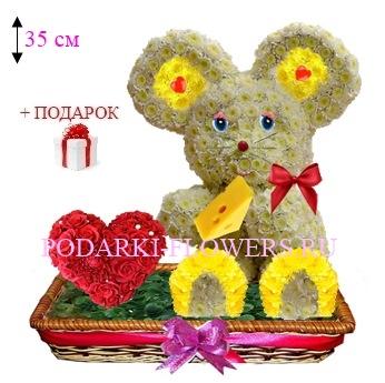 Мышка из цветов с сердцем из роз