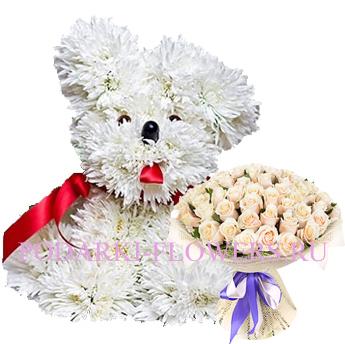 Собачка из цветов с букетом роз