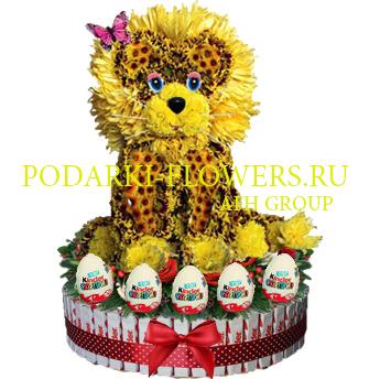 Лев из цветов на торте из конфет Kinder и киндер сюрпризы