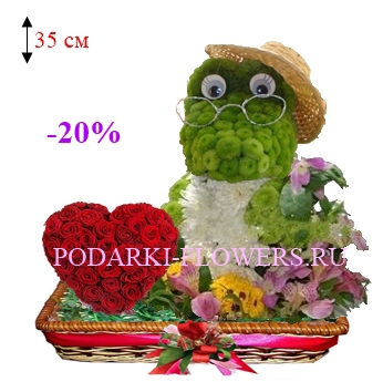 Крокодил из цветов с сердцем из роз